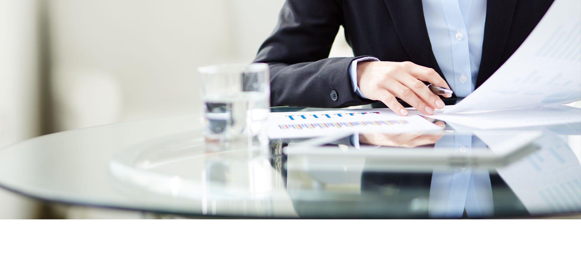 papper på ett glasbord